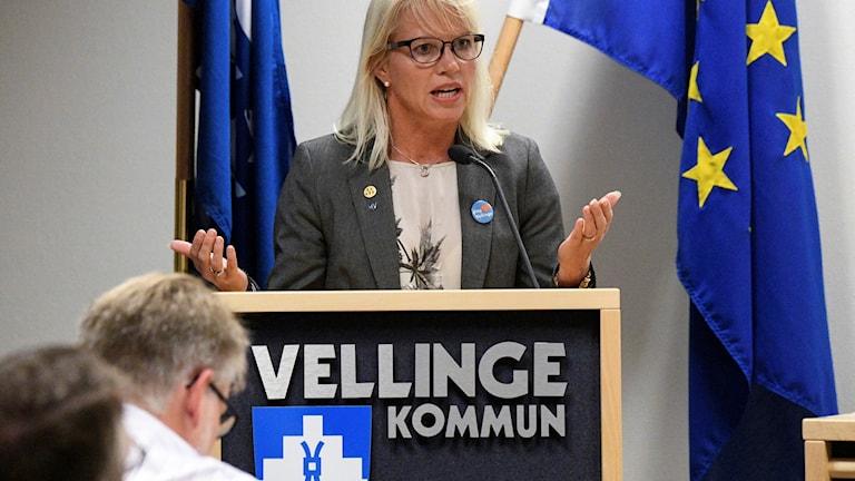 Carina Wutzler (M), kommunalråd i Vellinge, under omröstningen om tiggeriförbud.