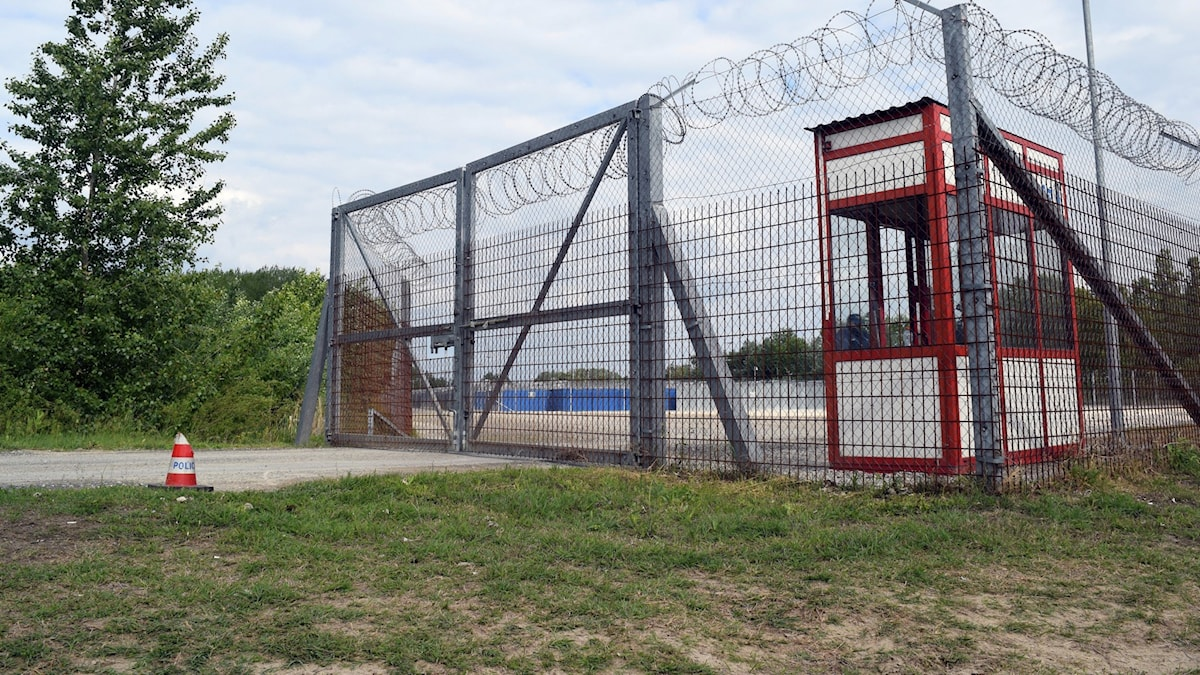 Ungefär 280 asylsökande kommer nu att flyttas ut ur transitlägren vid den serbiska gränsen, där de levt länge bakom taggtråd i containers. De kommer att föras till mottagningscenter inne i Ungern.