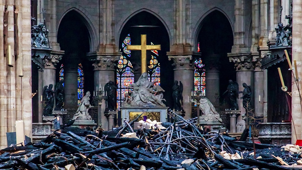 Inifrån katedralen Notre-Dame i Paris efter branden
