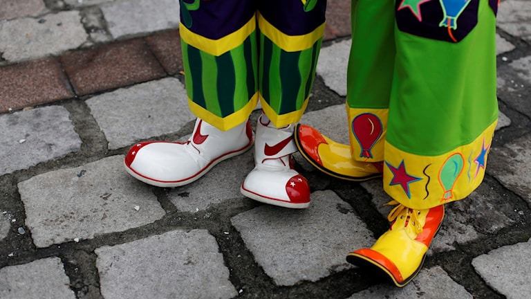 Två par clownskor