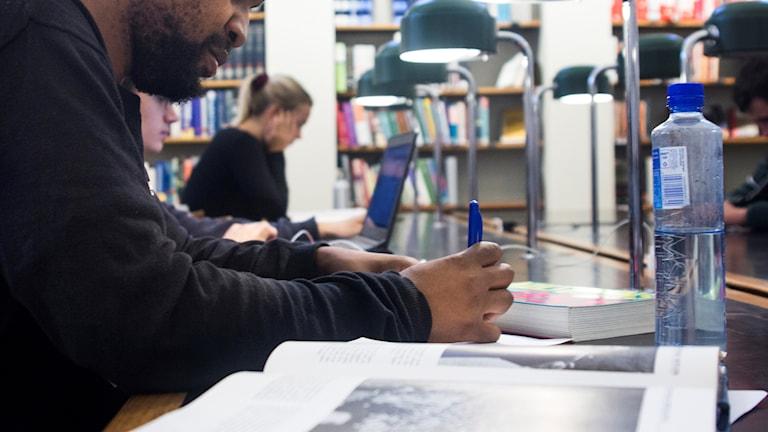 Student pluggar på Kungliga Biblioteket i Stockholm, KB