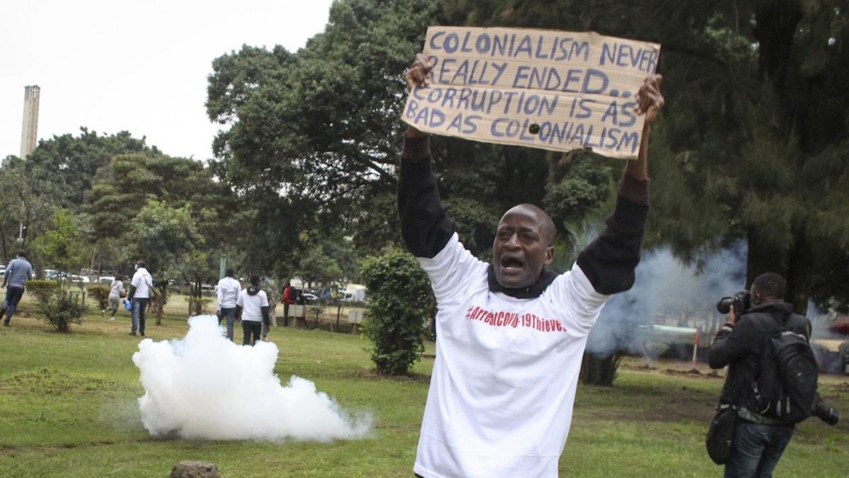 Demonstrant med plakat i Uhuruparken i Nairobi
