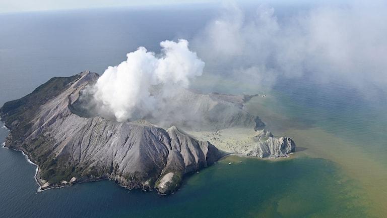 Flygfoto över vulkanutbrott på White Island, Nya Zeeland.