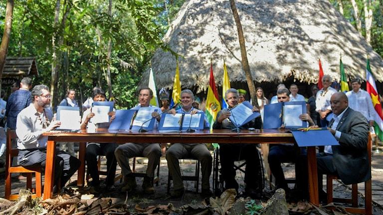 Ledarna håller upp papper vid mötet i Colombia