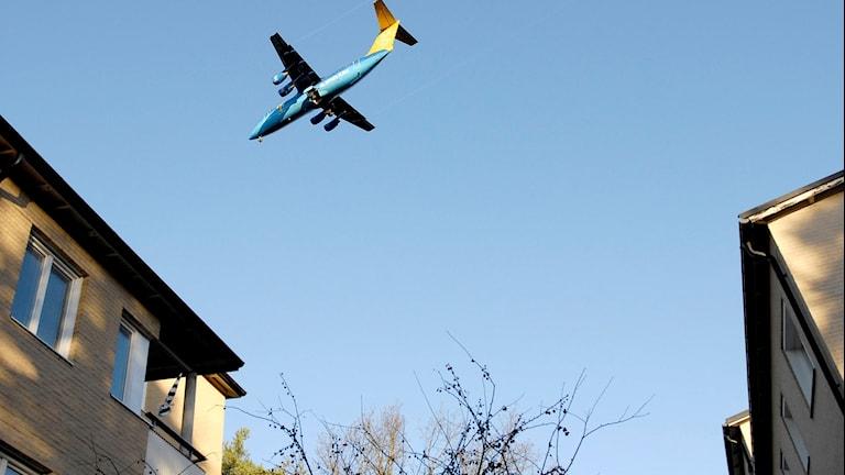 Flygplan över hus.