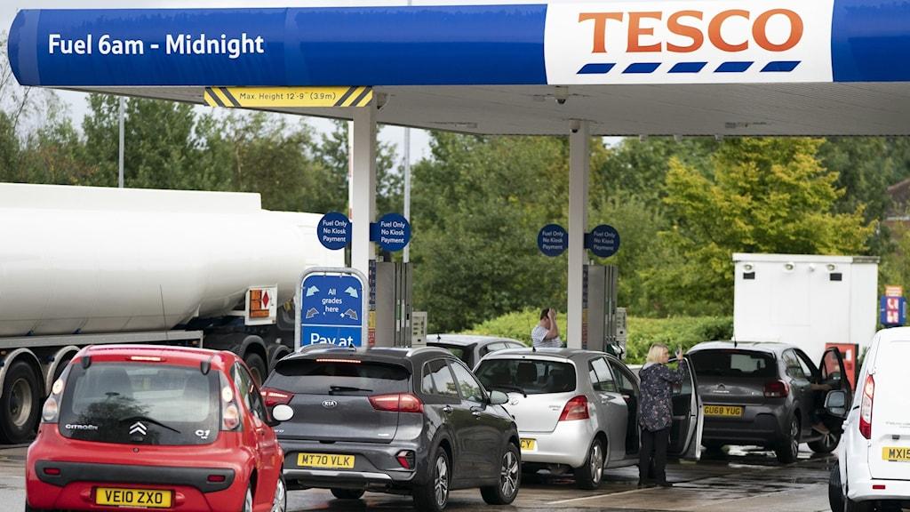 Bilar i kö för att tanka på bensinstation