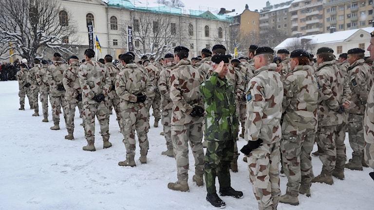Förtjänstmedaljer delas ut till Afghanistanstyrkan.
