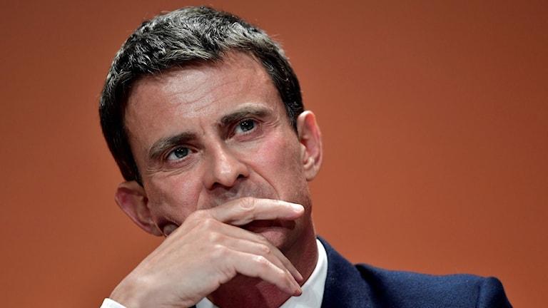 Manuel Valls ser fundersam ut