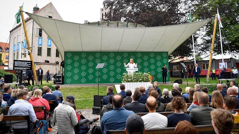 Typisk syn på Almedalsveckan, en politiker talar inför publik. Här Centerns partiledare Annie Lööf som talar under Centerpartiets dag på politikerveckan.