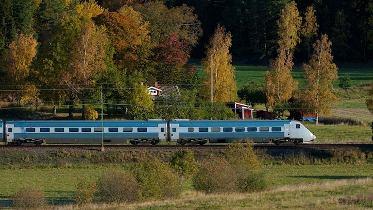 Ett X2000 passerar landskapet utanför Gnesta på Svealandsbanan.