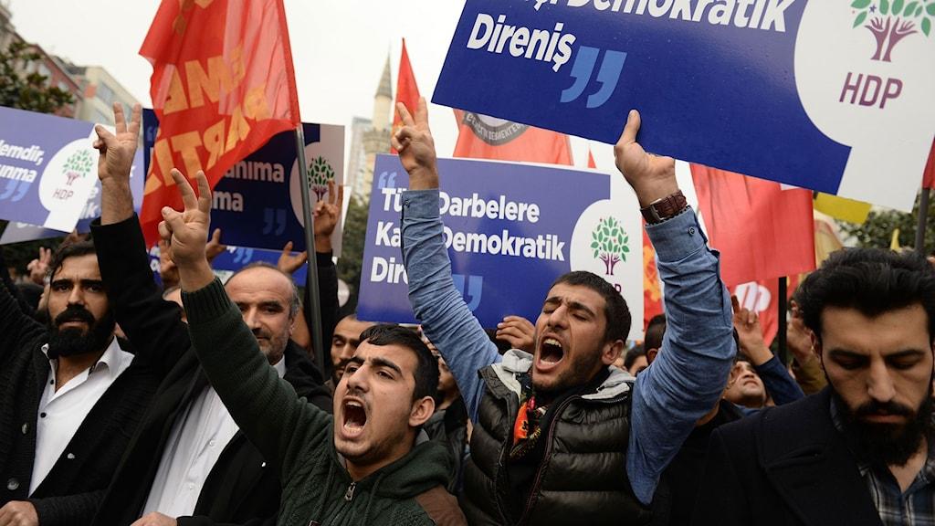 Demonstranter protesterar mot gripanden av flera av HDP:s parlamentsledamöter.