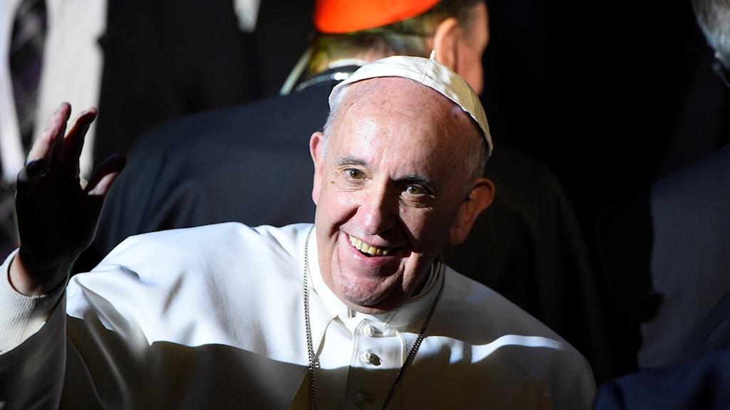 Påven Franciskus lämnar Malmö Arena och det ekumeniska eventet på måndagen.