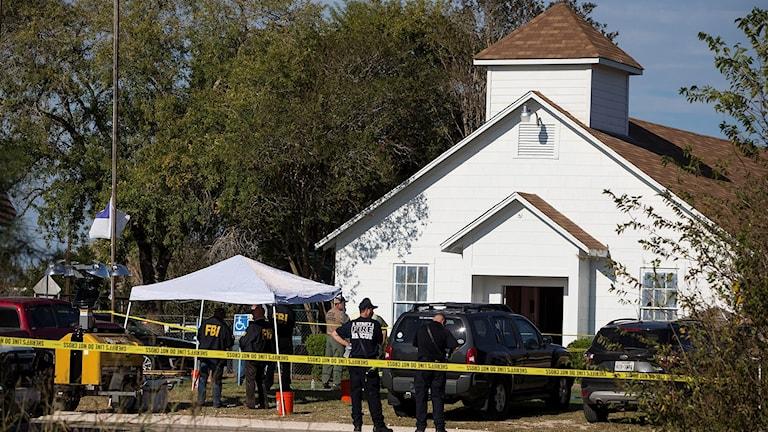 Utanför kyrkan där skjutningen inträffade.