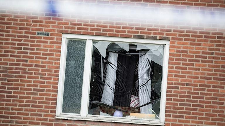 Krossat fönster och polisavspärrning