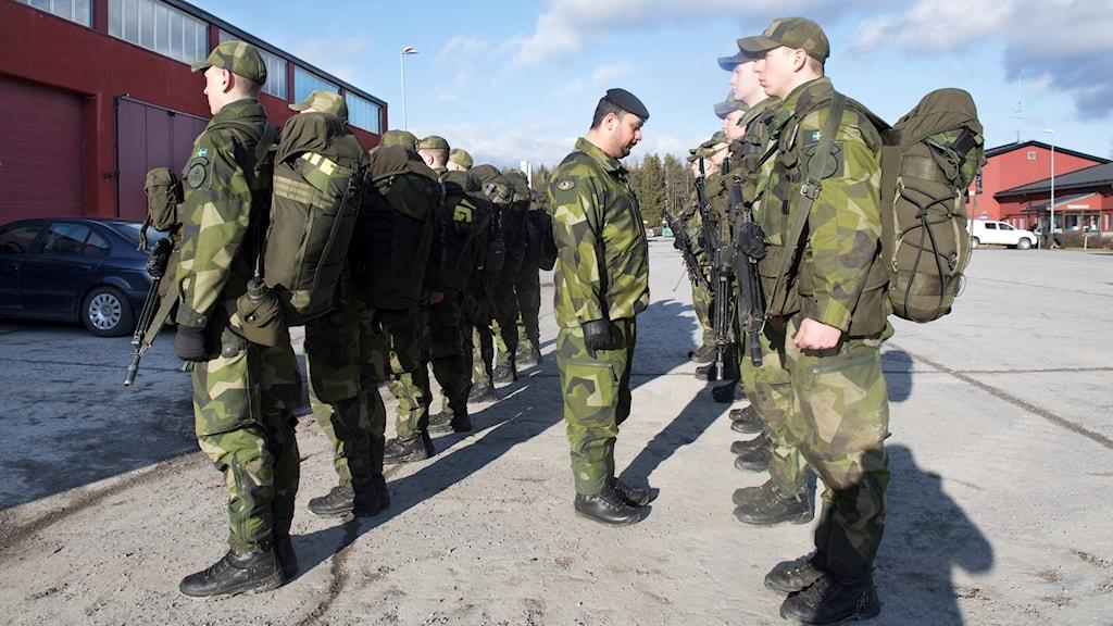 Skyttesoldater inspekteras i Enköping.