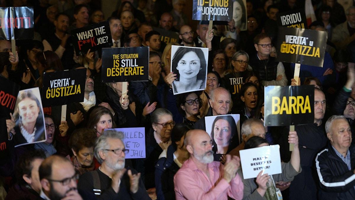 Demonstranter håller upp bilder på den mördade journalisten Daphne Carauna Galizia.