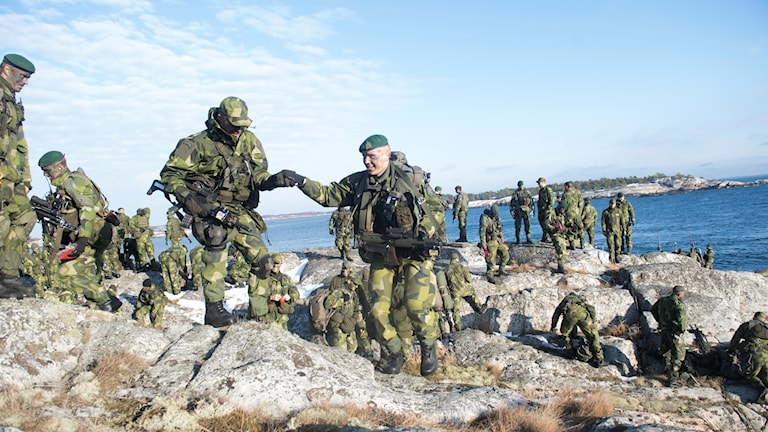 Soldater ur 203:e Amfibieskyttekompaniet övar med sina stridsbåtar i Stockholms skärgård.