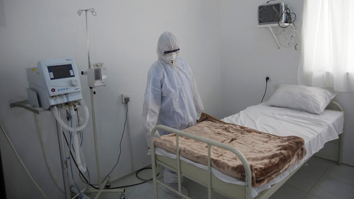 En person vid en sjukhussäng.
