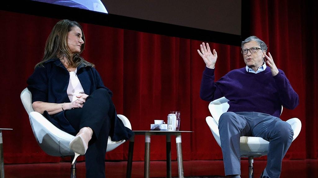 En man och en kvinna på en scen.