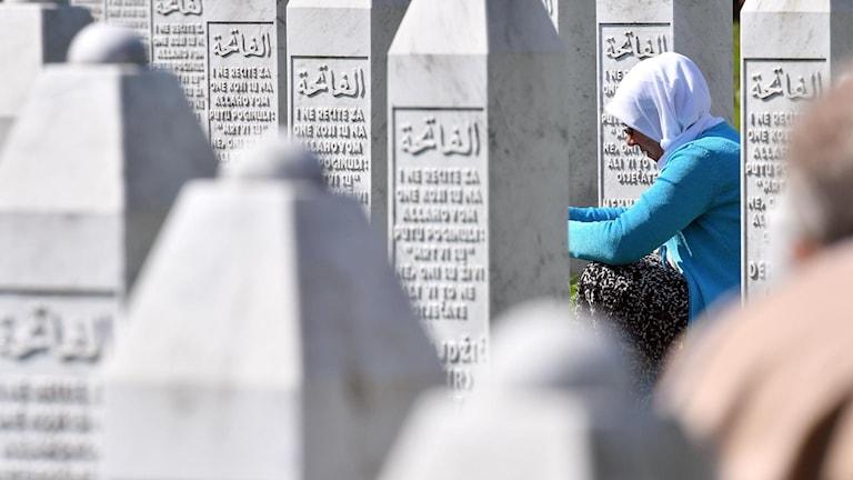 Kvinna vid minnesplatsen för folkmordets offer.