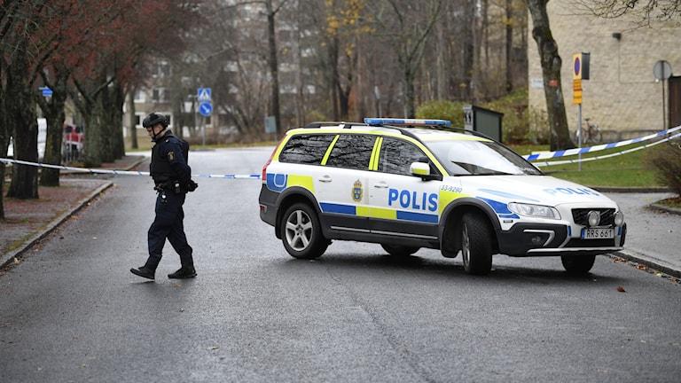 Stor polisinsats i Sundbyberg efter att en man avlossat skott i en lägenhet under natten.