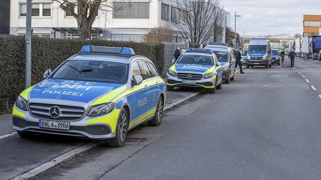 Polisbilar vid platsen.