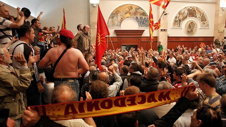 Omkring 200 nationalistiska demonstranter tog sig in i parlamentet