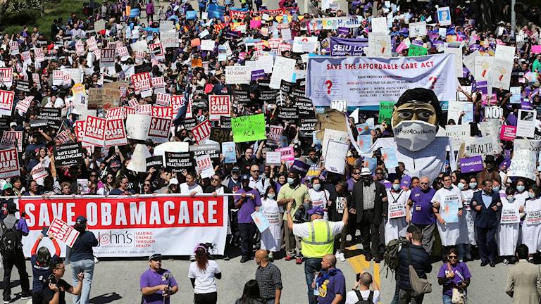 Demonstration mot Trumadministrationens avsikt att riva upp Obamacare.