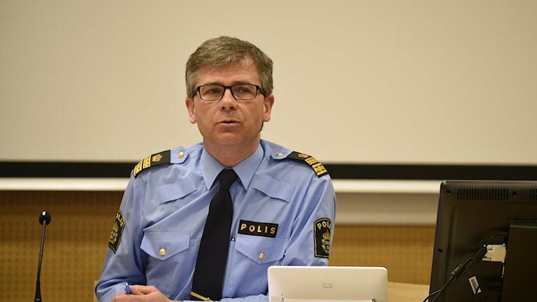 Bilden visar Michael Mattsson, chef för gränspolisen i Region Syd, vid ett bord. Foto: Björn Lindgren/TT.