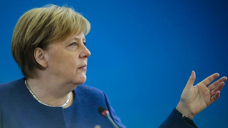 Angela Merkel klädd i blått