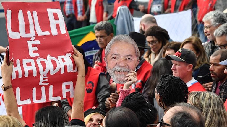 Lula da Silvas supportrar utanför fängelset.