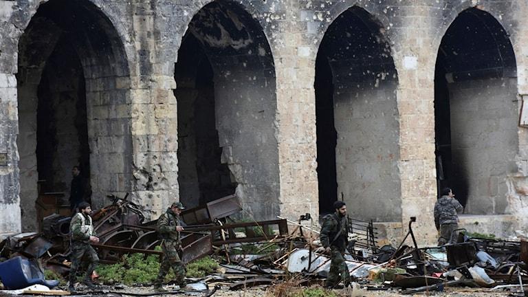 Syriska soldater inne i den förstörda Umayyadmoskén i Aleppo.