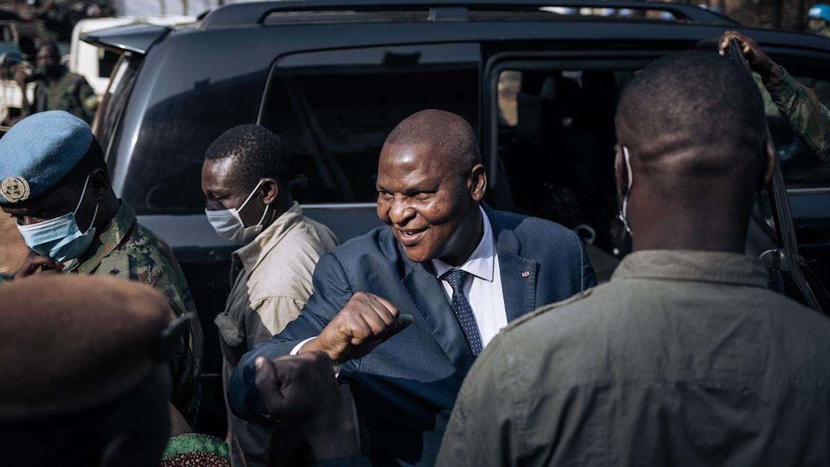Faustin Archange Touadéra, president i Centralafrikanska republiken, på väg för att rösta i valet den den 27 december.