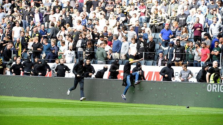 AIK-klacken anfaller Djurgårdsklacken under söndagens allsvenska match mellan AIK och Djurgården på Friends Arena.