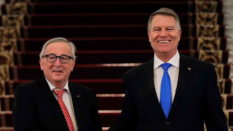 EU-kommissionens Jean-Claude Juncker och Rumäniens Klaus Iohannis när Rumänien formellt tog över det roterande ordförandeskapet för EU.