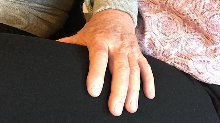 En man har sin hand på en kvinnas lår. Bilden är arrangerad. Foto: Anna Bubenko/Sveriges Radio.