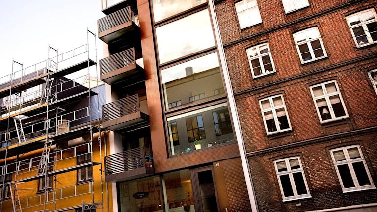Ett insprängt nybygge mellan gamla hus på Stokhusgade.