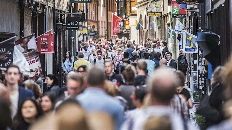 Turister i Stockholm trängs på Västerlånggatan i Gamla stan