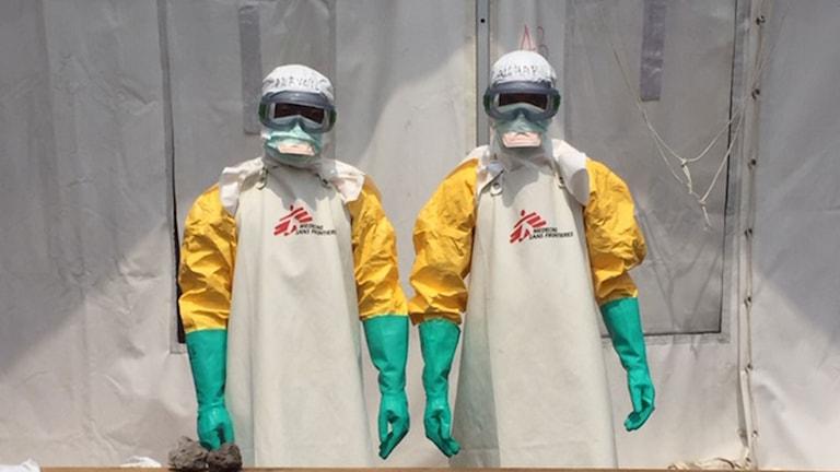 Två personer i skyddsutrustning vid organisationen Läkare utan gränsers ebola-center i Goma.