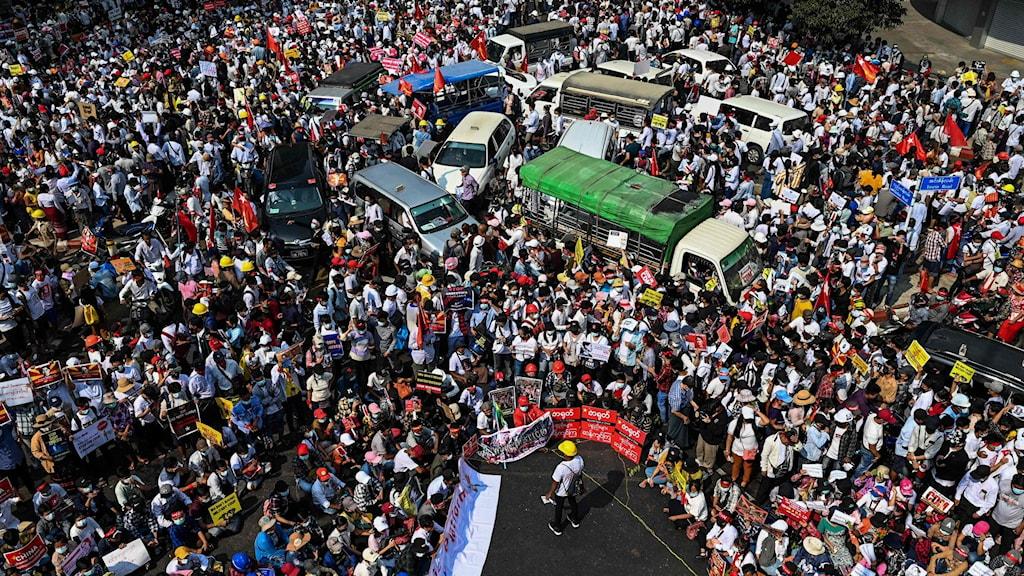 Demonstranter i Yangon.