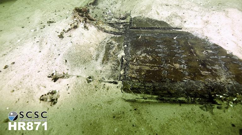 Bilden visar en vrakdel från det kanadensiska bombplanet Halifax HR 871, i sandbotten, i havet utanför Falsterbokanalen. Foto: Jan Christensen/Swedish coast and sea center.