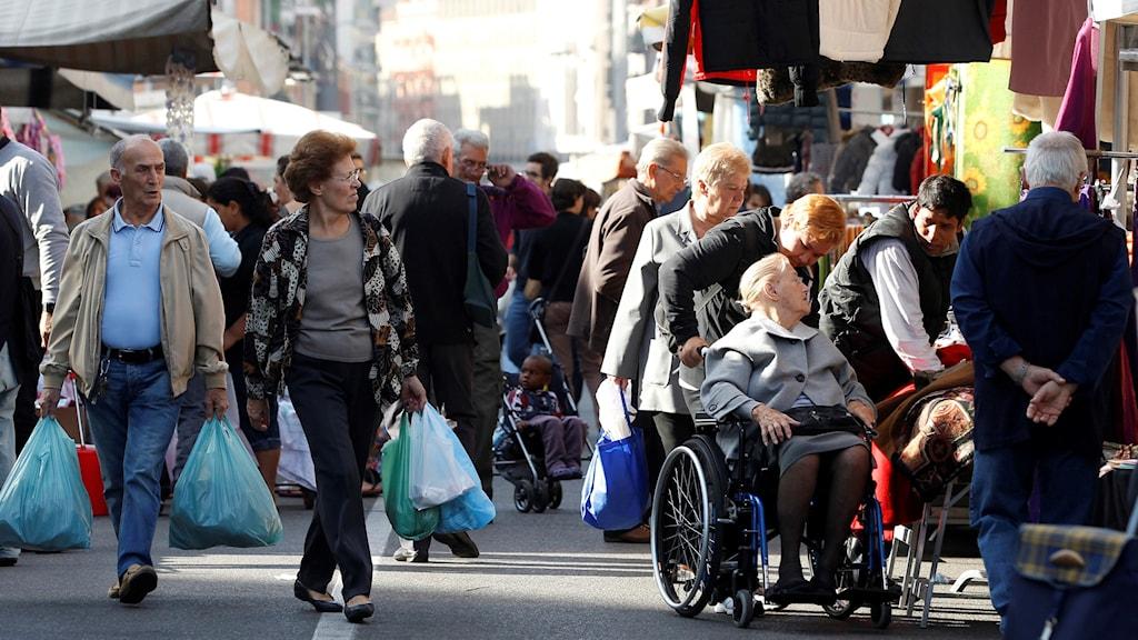 Folk på shoppinggata i Italien.