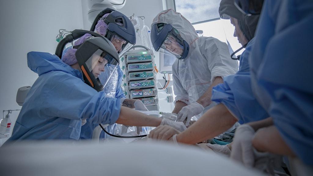 Sjukvårdspersonal tar hand om en patient.