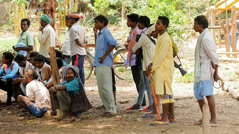 Byinvånare på väg till ett möte om gruppväldtäkten. Foto: TT.