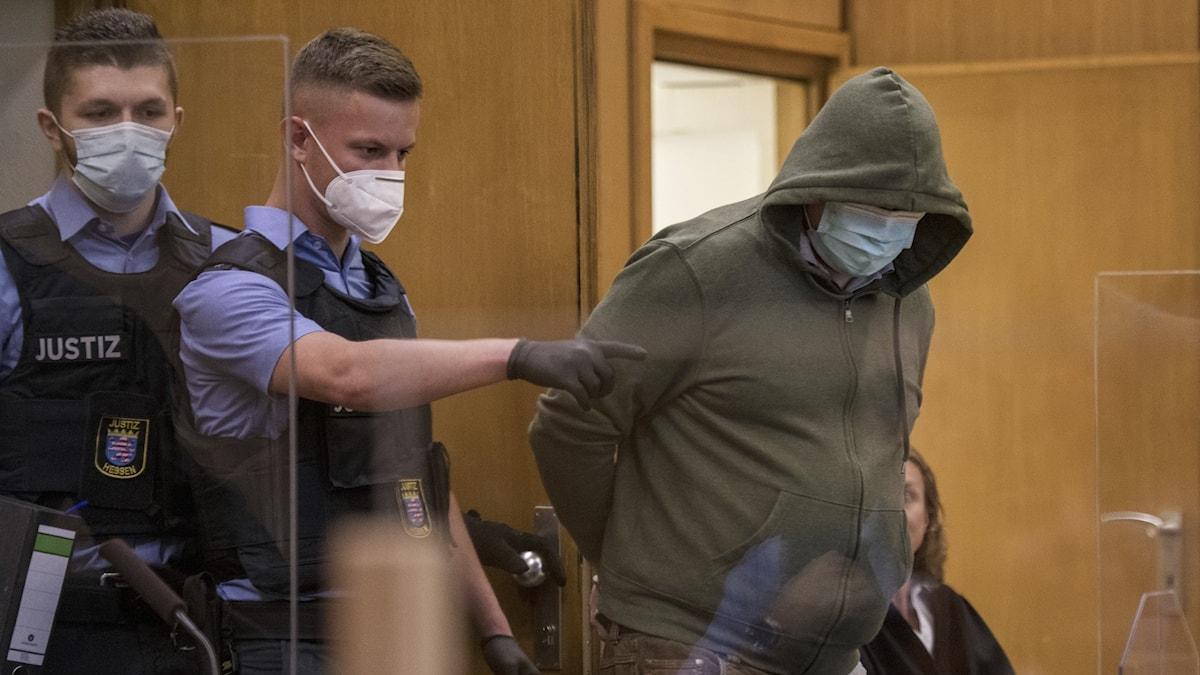 Den 46-årige åtalade lät sin advokat läsa upp erkännandet