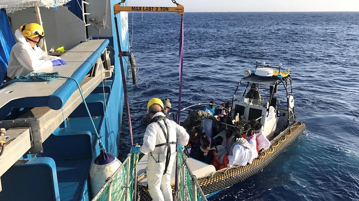 Migranter räddas på Medelhavet.Foto: TT.