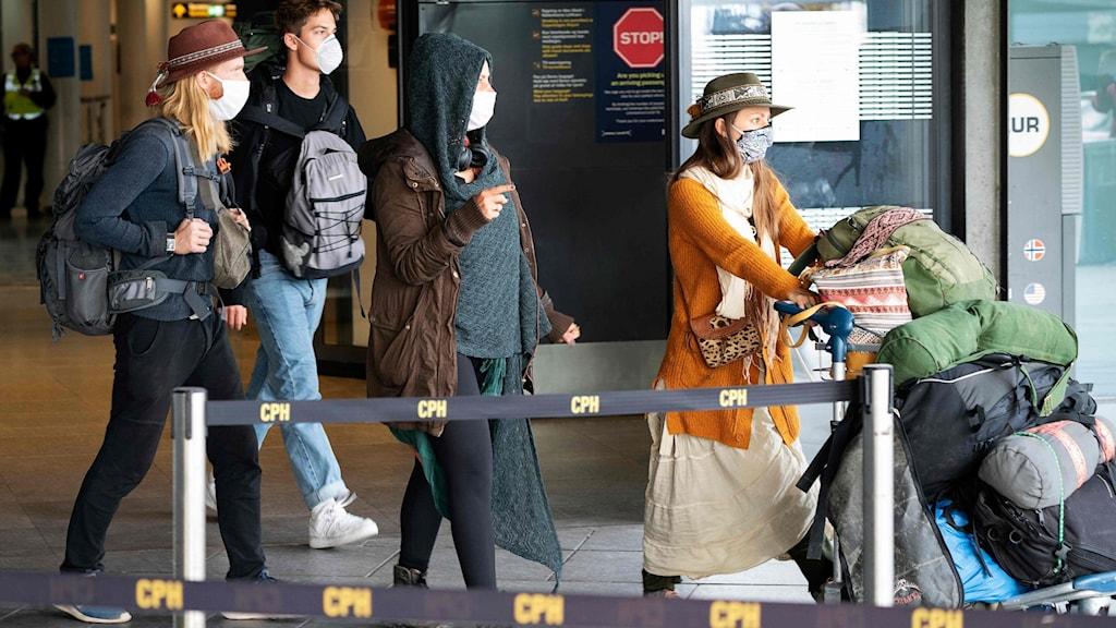 Resenärer från det SAS-plan som flög hem ett par hundra skandinaver, däribland många svenskar, som varit strandsatta i Peru och som landade i Köpenhamn den 3 april.