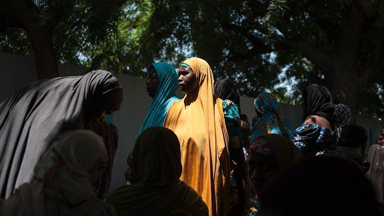 En kvinna väntar på behandling i ett hälsocenter i Borno-provinsen. Foto: Stefan Heunis/TT.