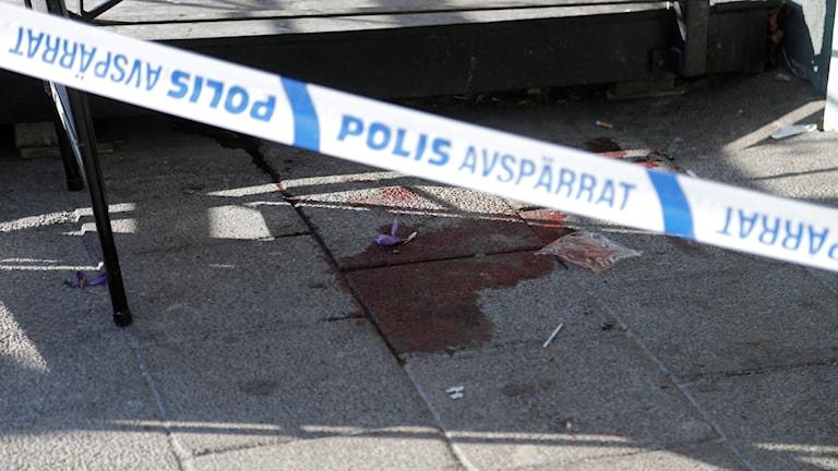 En blodfläck vid polisens avspärrningar på Vårväderstorget på Hisingen i Göteborg.