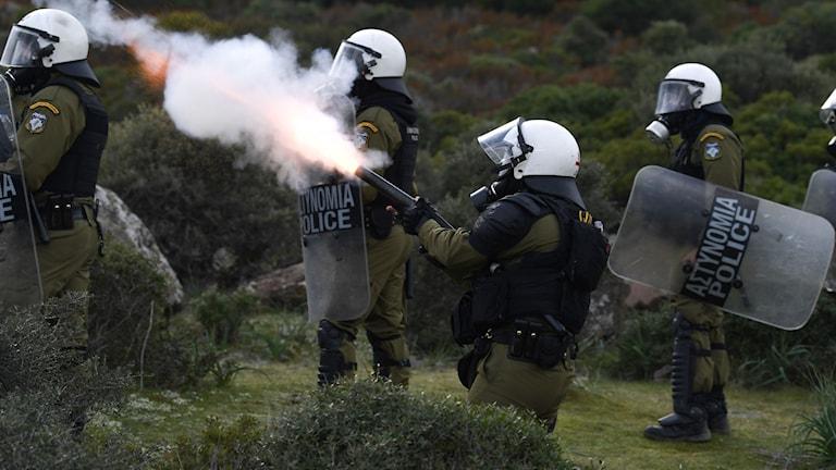 Demonstranterna möts av kravallpolis på ön Lesbos.